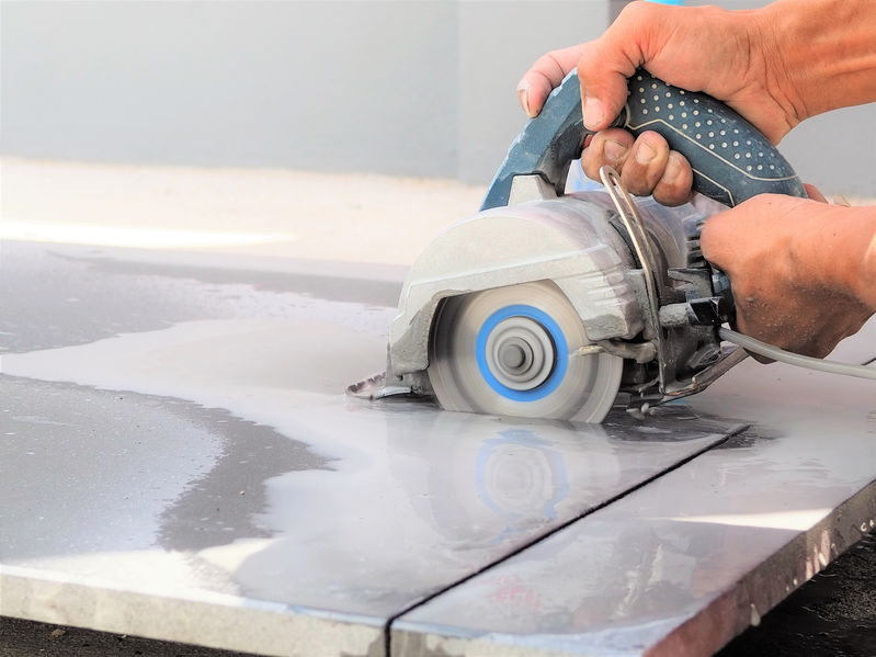 Handheld wet saw